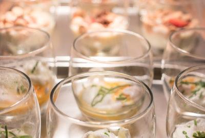 několik zastřených vajec v průhledných skleničkách posypané pažitkou
