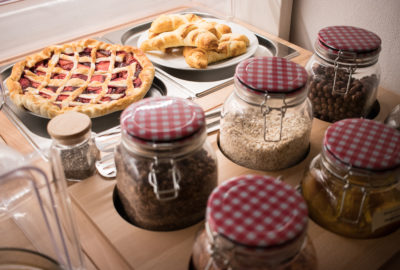 Snídaně sladké pokrmy Koláč a Croissant