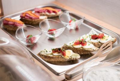 Domácí obložené chleby, vajíčko rajče, pažitka