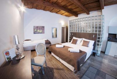 Studiový apartmán tři postele, pracovní stůl a židle