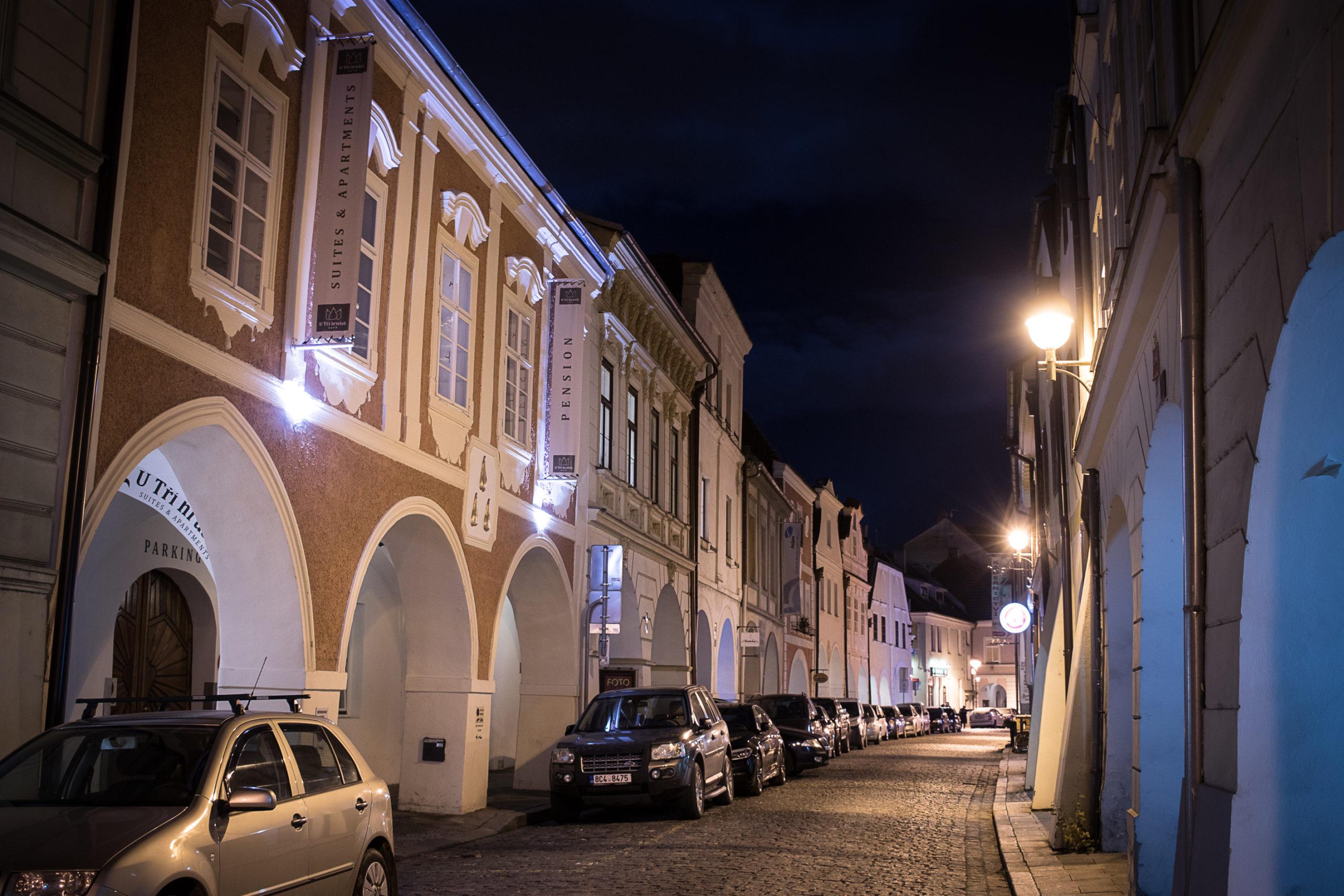 Pohled zvenku na hotel v noci