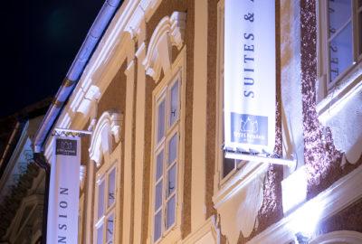 Fotka hotelu v noci detail na okno