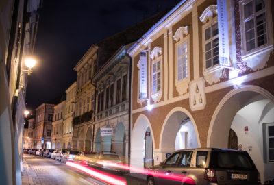 Fotka hotelu zvenku v noci.